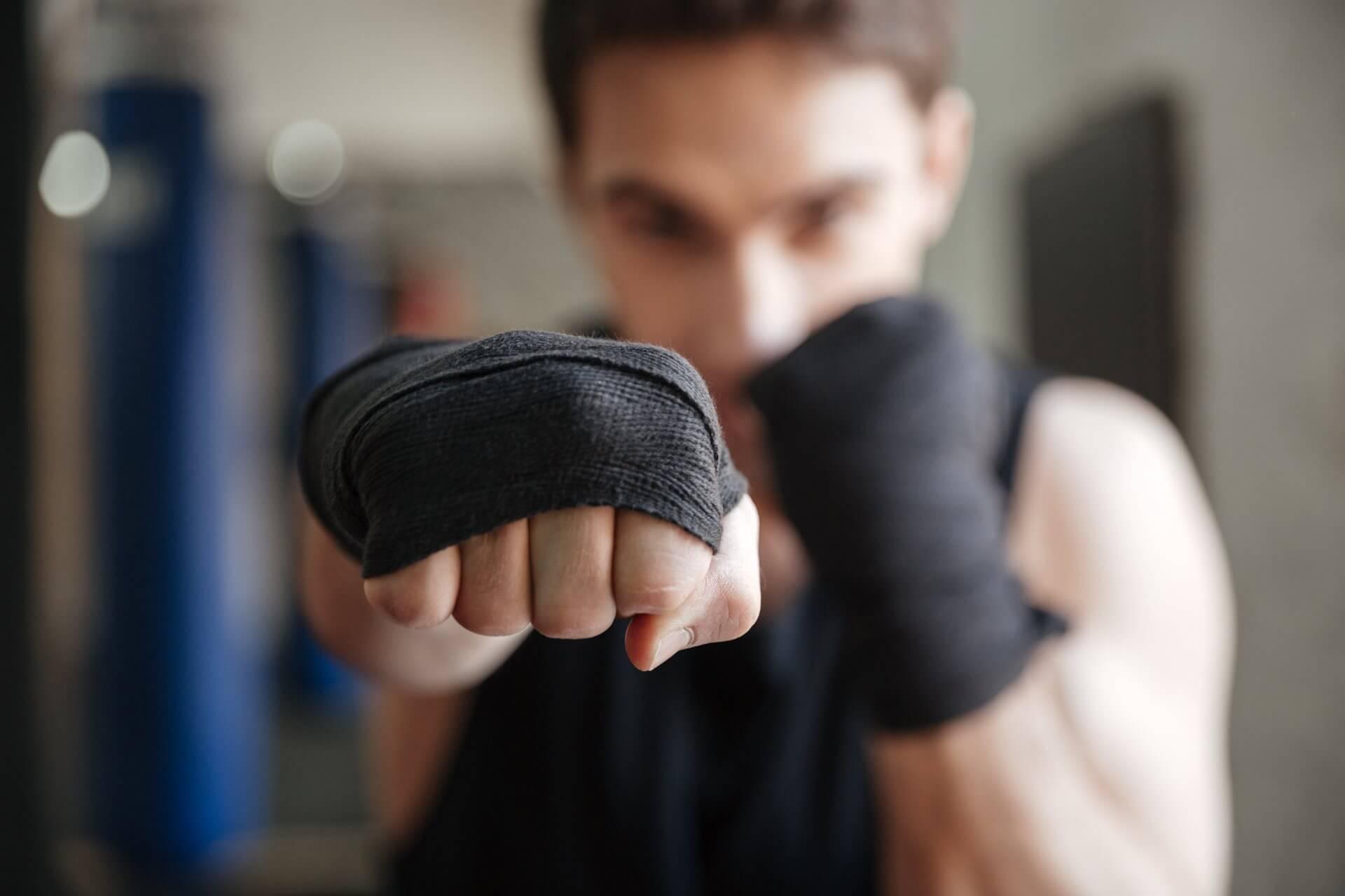 Krupni plan momka spremnog za kardio kik boks trening