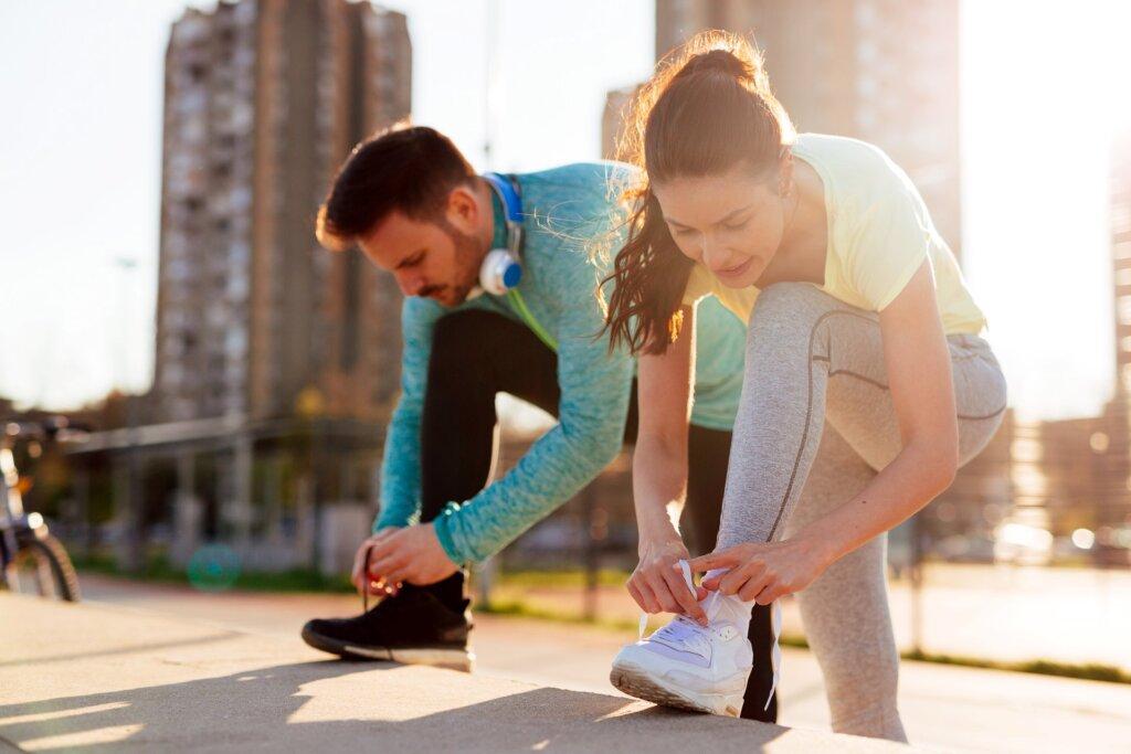 Pretvorite hodanje u trening - par vezuje pertle