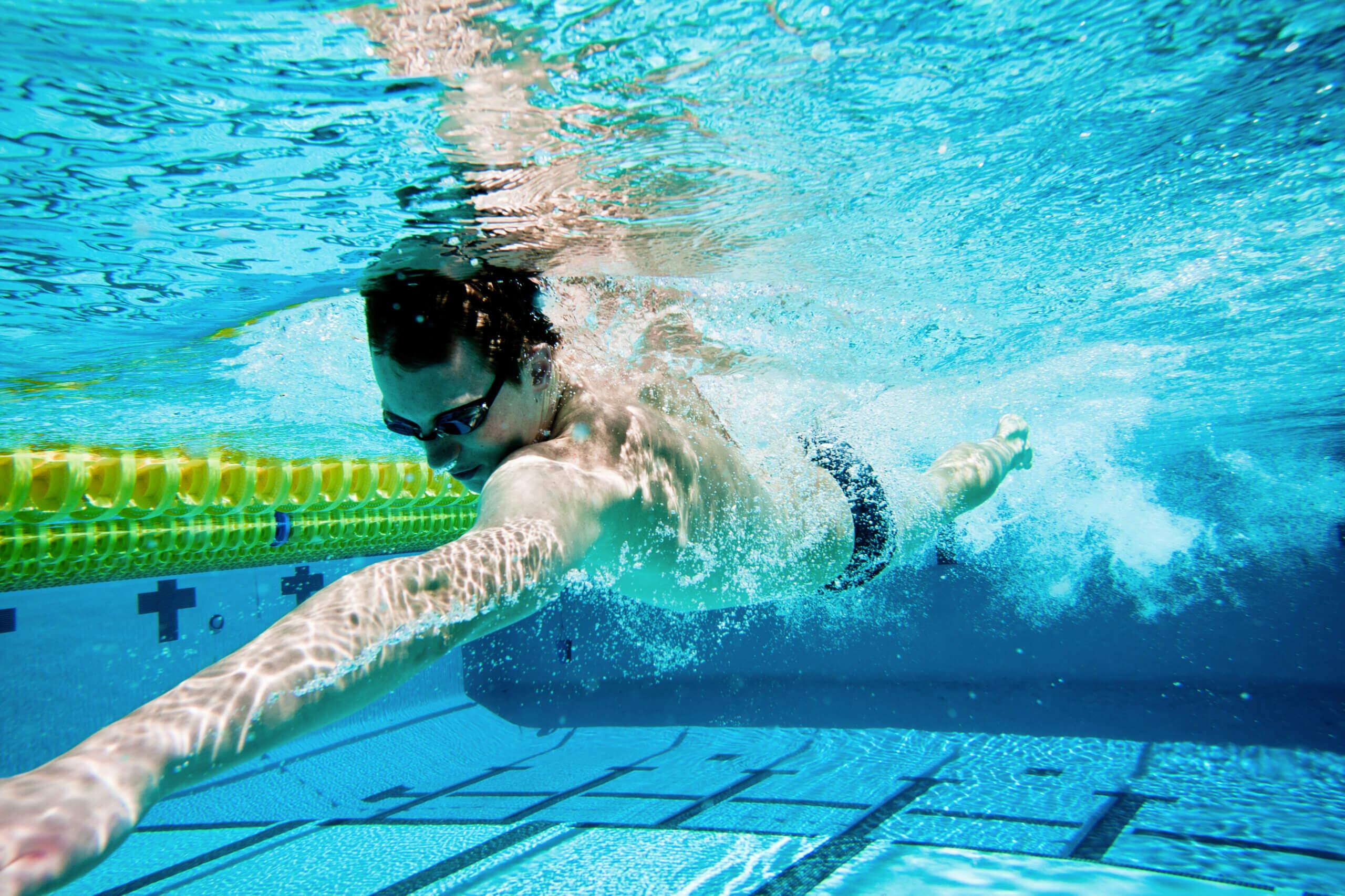 Muškarac pliva u bazenu