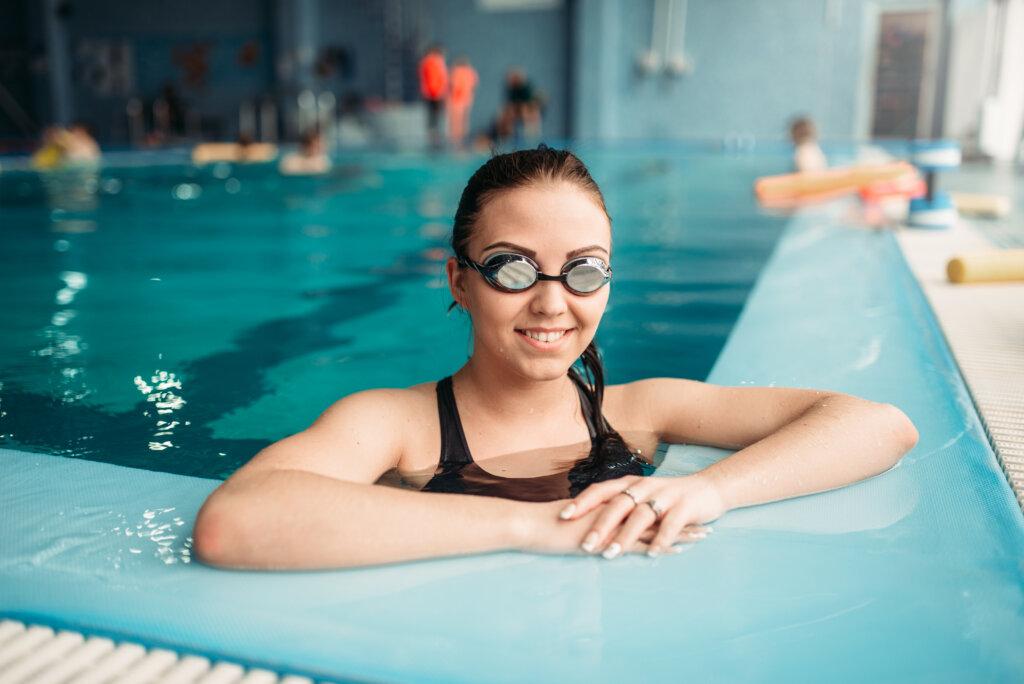 Nasmejana devojka u bazenu